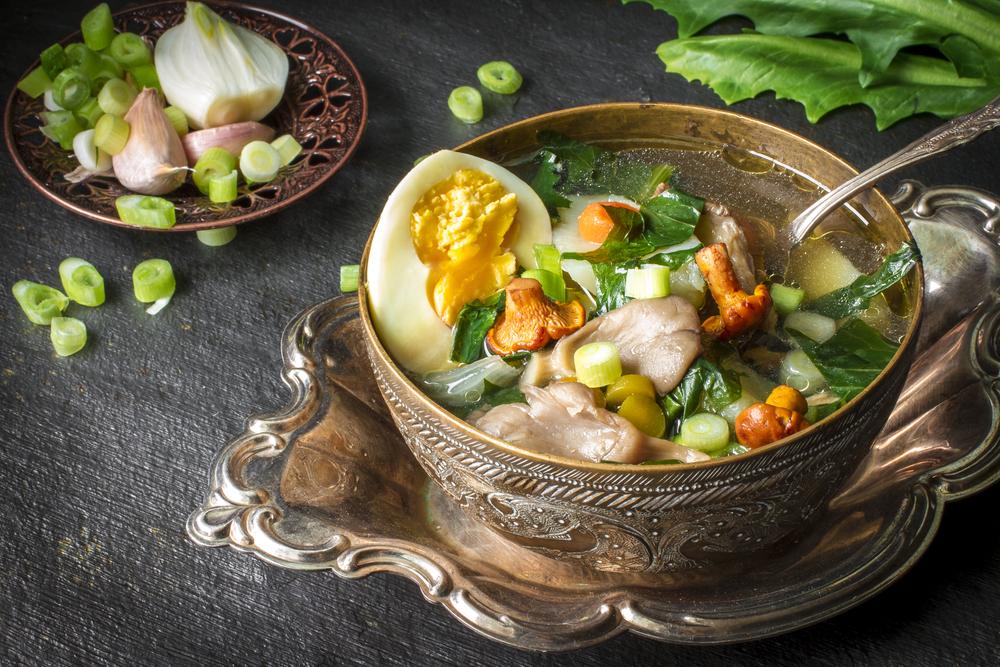 Салат со свежими листьями одуванчика